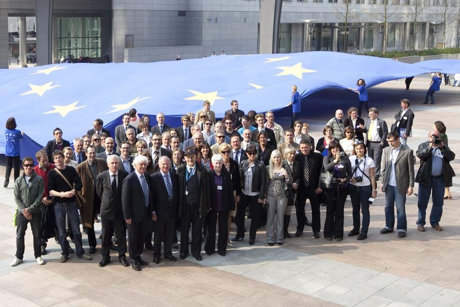 Flaga UE studentów politologii WSHE w Łodzi
