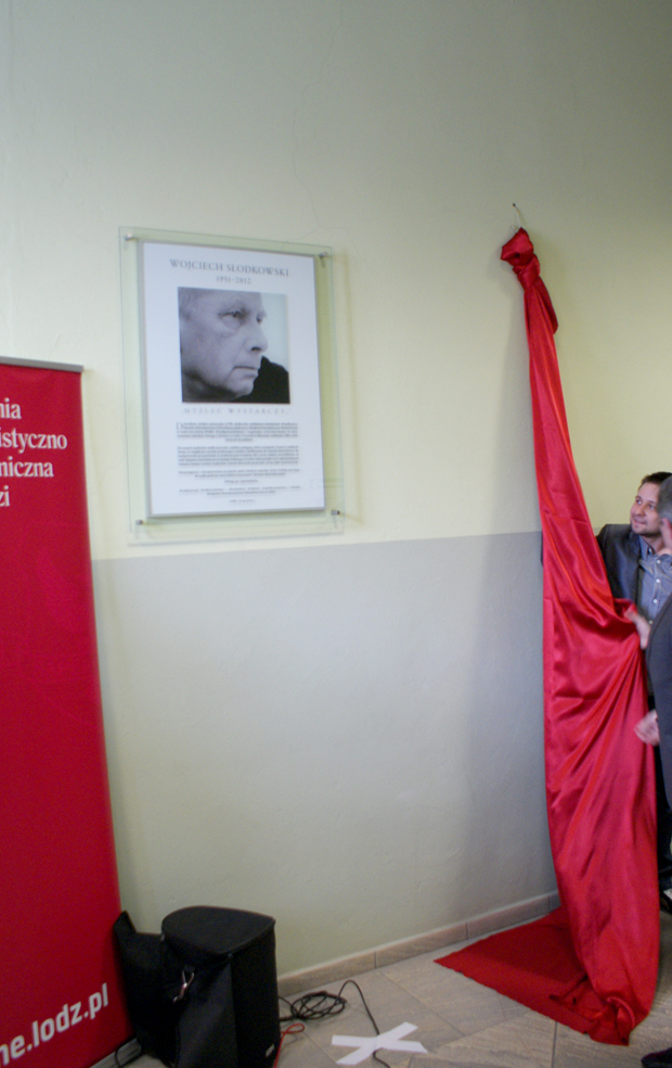 tablica poświęcona red. Wojciechowi Słodkowskiemu