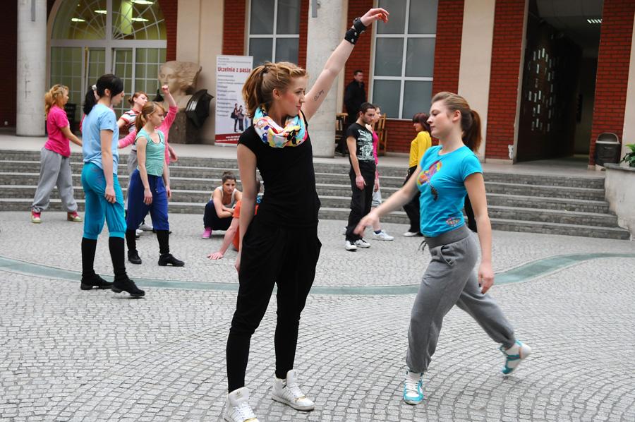 Studenci podczas performance w Patio w AHE w Łodzi