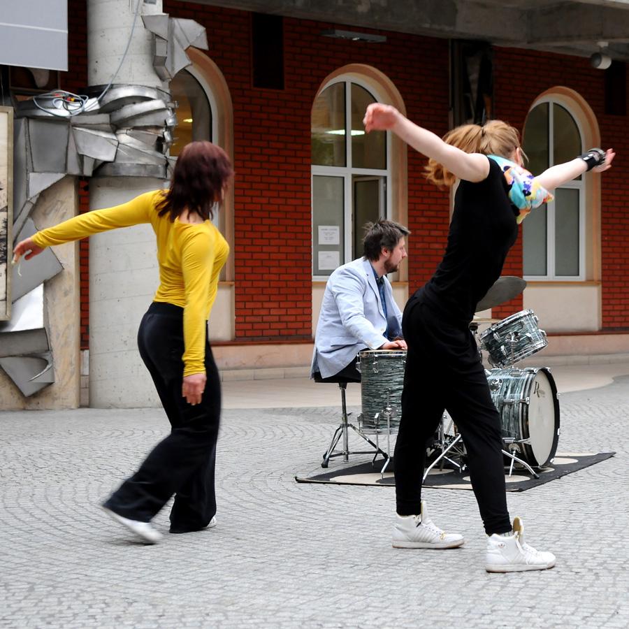 Studenci podczas występu w AHE w Łodzi