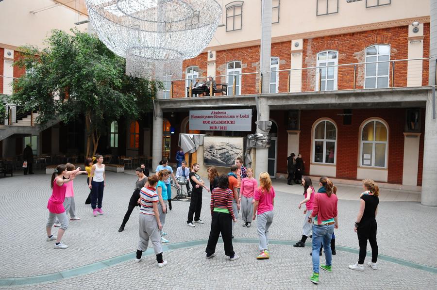 Studenci kierunku Taniec podczas występu w Patio w AHE w Łodzi